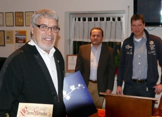 Amar Aloui (links) wurde für 50-jährige Mitgliedschaft von Christian Disch und Jörg Deiters zum Ehrenmitglied des FVE ernannt. Foto: Martin Ullrich
